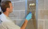 Appliquez la résine époxy sur le mur de la foundation.