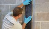 Pressez fortement la sangle CarbonArmor<sup>MD</sup> sur le mur.