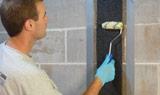 Appliquez une dernière couche de surface de résine époxy afin d'assurer une adhérence uniforme sur le mur.